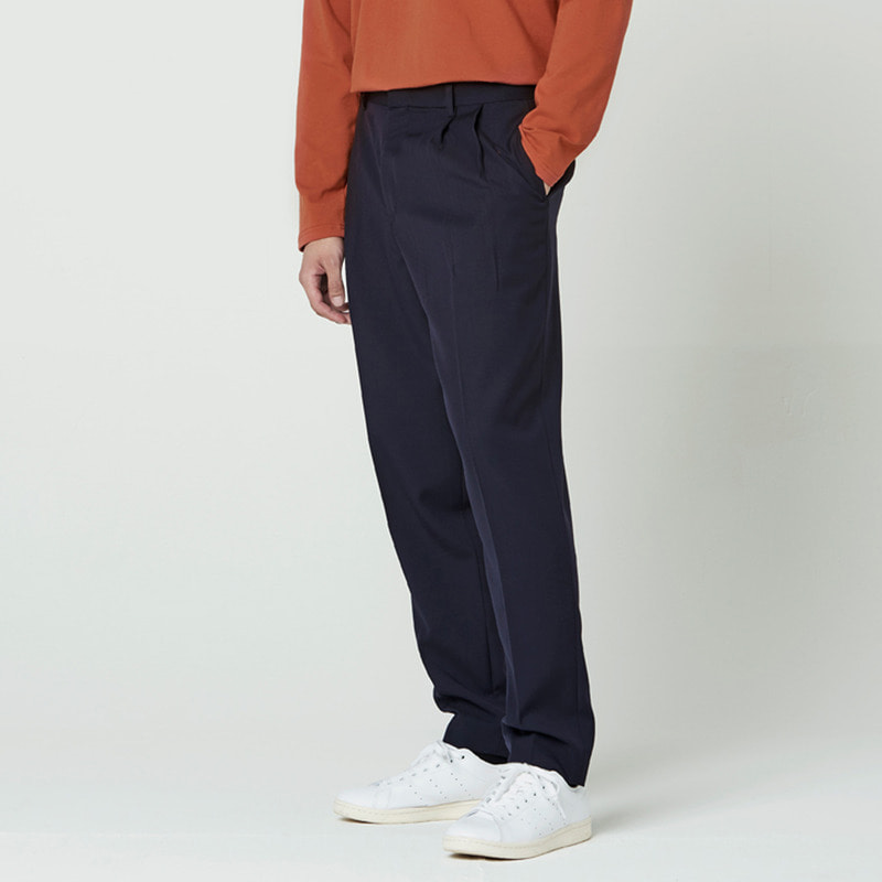 [NOVELLA] TWO-TUCK SLIMWIDE TROUSER NAVY